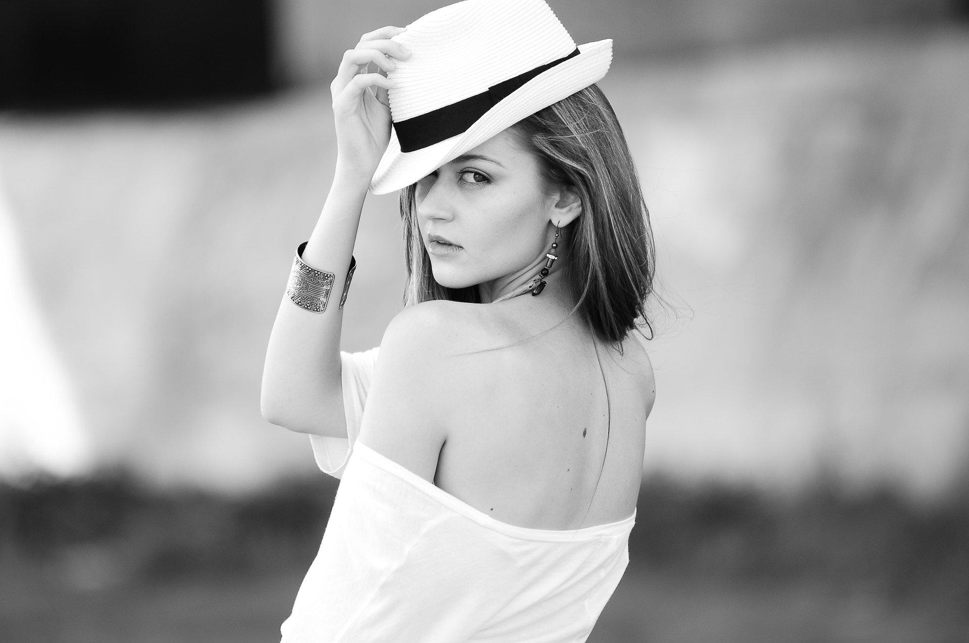 femme-chapeau-noir-et-blanc